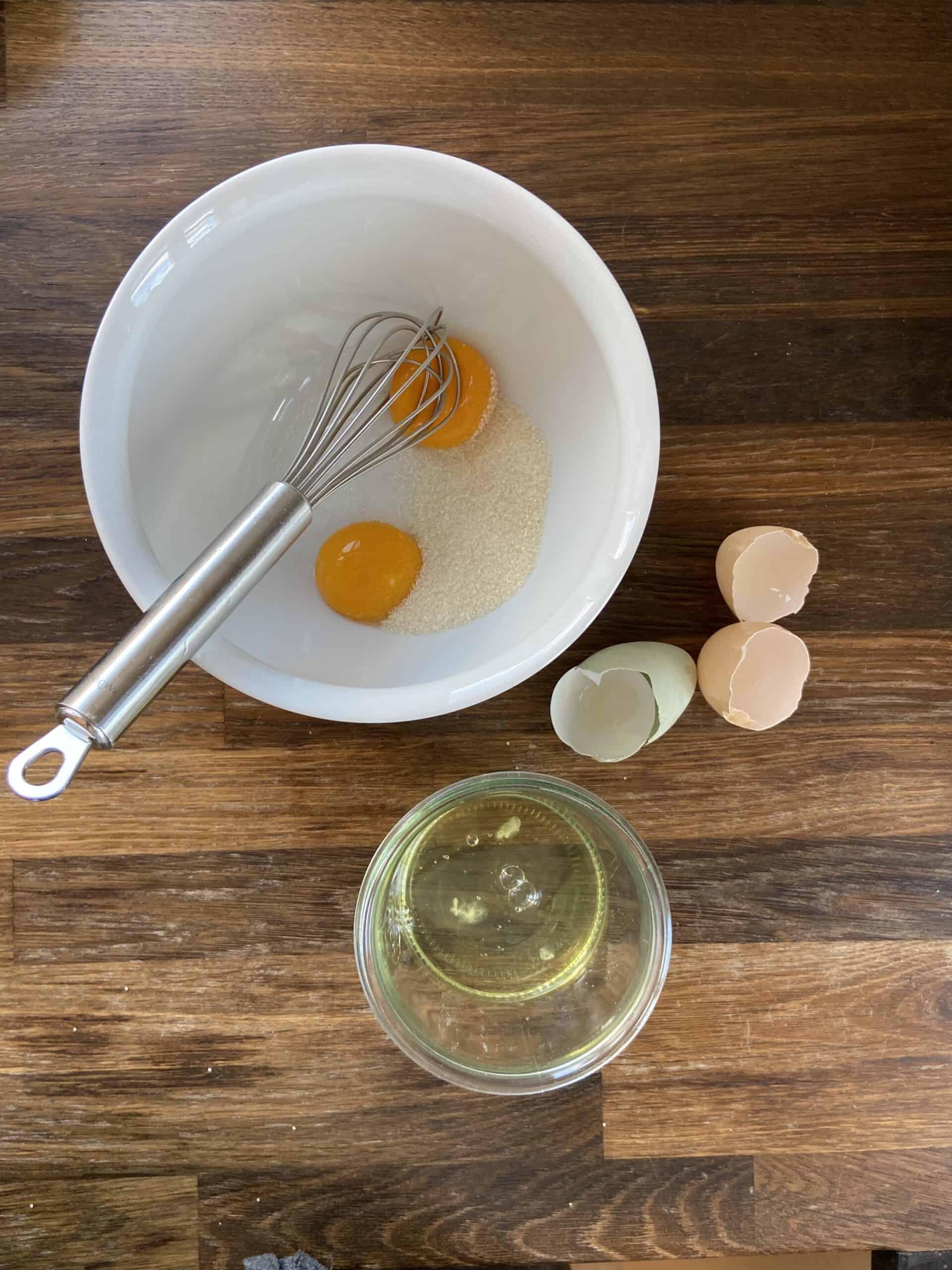 Æggeblommer og sukker piskes